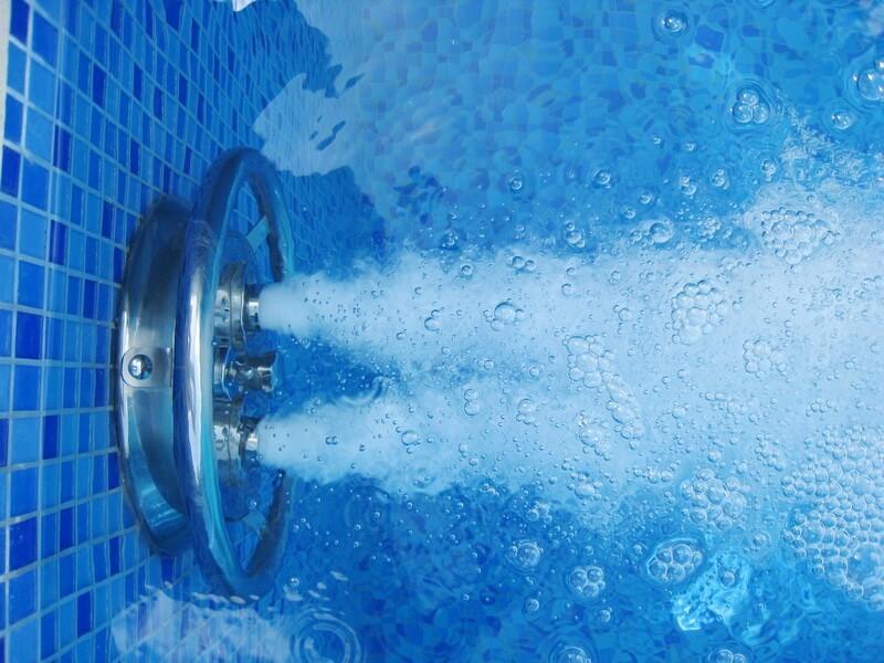 очистка воды в общественном бассейне